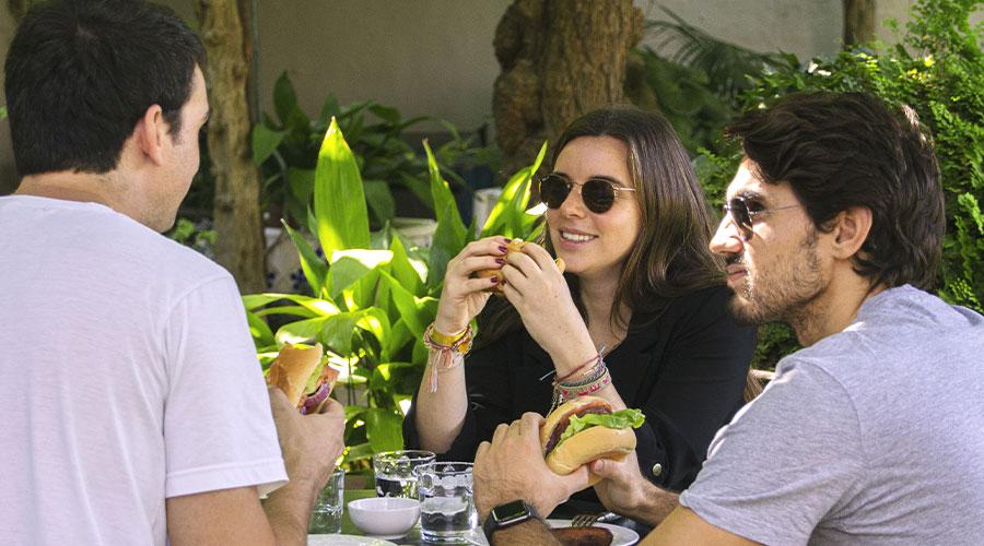 Personas comiendo la Beyond Burger